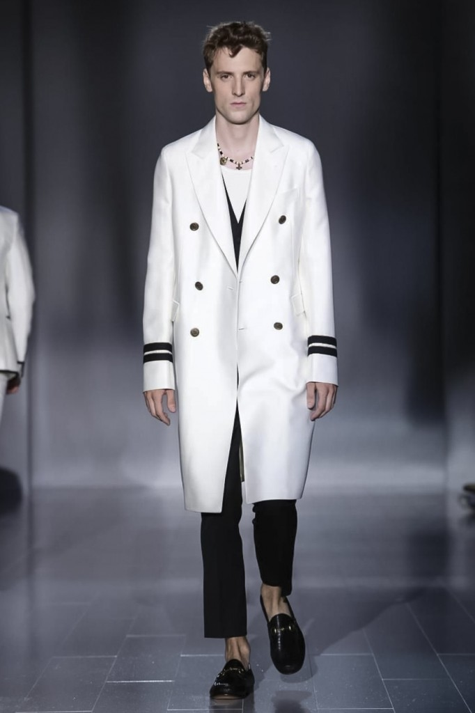 Gucci is always strong when the touch is light as in this fantastic coat worn with a T-shirt, Gucci