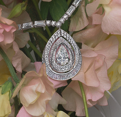 Rondos de Nuit pendant made with baguette-cut diamonds around a pear-shaped diamond