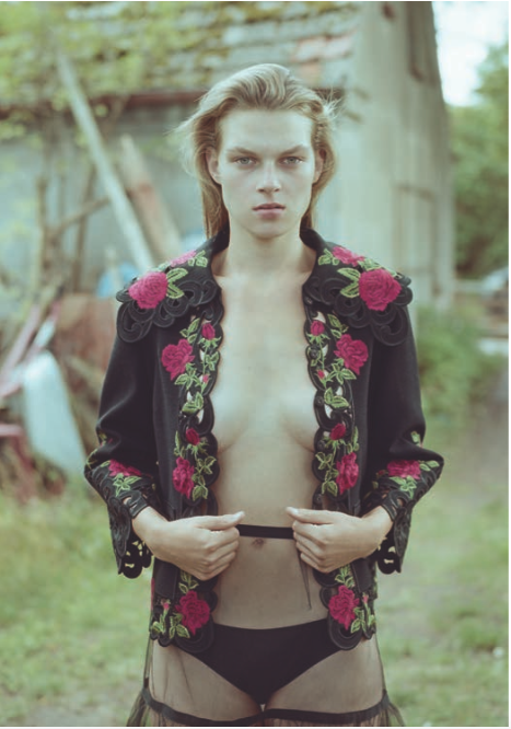 Gina in Dolce & Gabbana und Marc Jacobs im Oderbruch fotografiert von Jana Gerberding