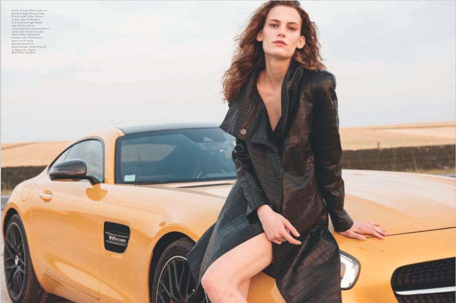 Model Lena im Mantel von Bottega Veneta auf einem getunten Mercedes GTI von Kira Bunse fotografiert