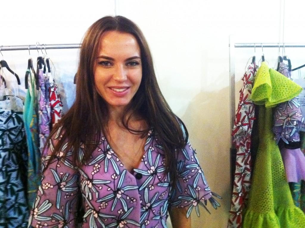 Die Designerin Backstage vor ihrer Kollektion