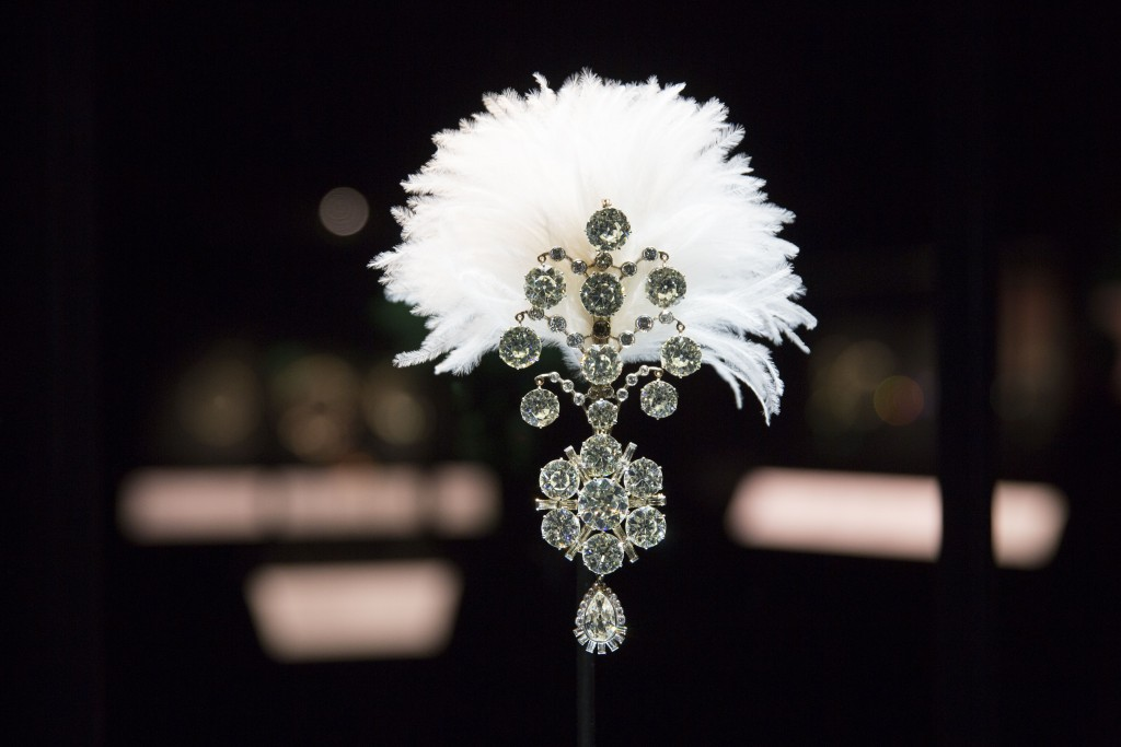 Turban ornament, © The Al Thani Collection; Bejewelled Treasures Installation View c Victoria and Albert Museum London