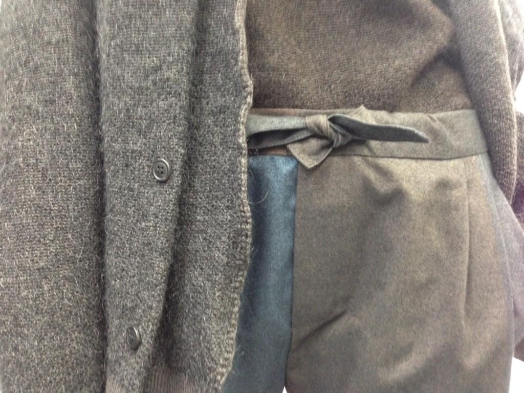 Verstecktes Detail: hier verbergen sich Seitentaschen hinter Bundfalten