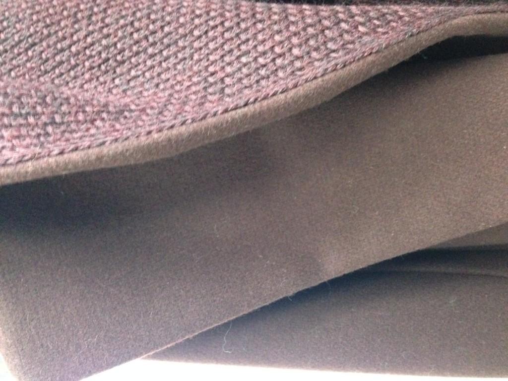 Innen Schalstrick, außen Mantel. Wie perfekt beide miteinander verschmelzen, sieht nur, wer genau hinschaut: Für das Innenfutter wurde nichts aus einem großen Stück Strick herausgeschnitten - sondern passgenau Masche um Masche angefertigt