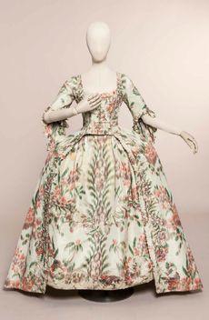 Robe à la francaise, vers 1760, taffetas de soie, ©Jean Tholance, Les Arts Décoratifs, Paris, collection UFAC