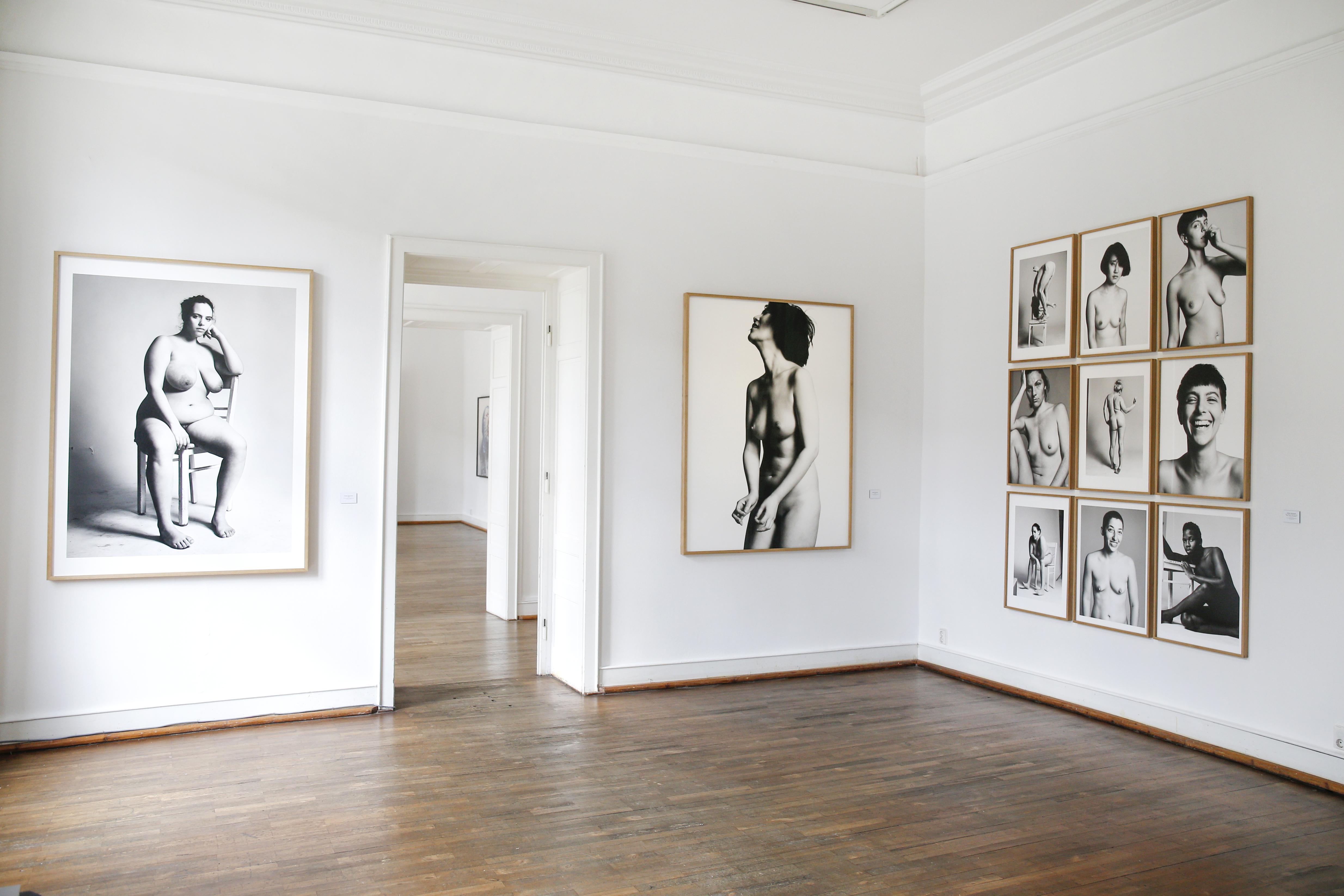 Stefan Heinrichs schwarz-weiss Akt-Fotografien ausgestellt im Berliner Fotografie Salon. ©Isa Foltin/Getty Images für den Berliner Fotografie Salon