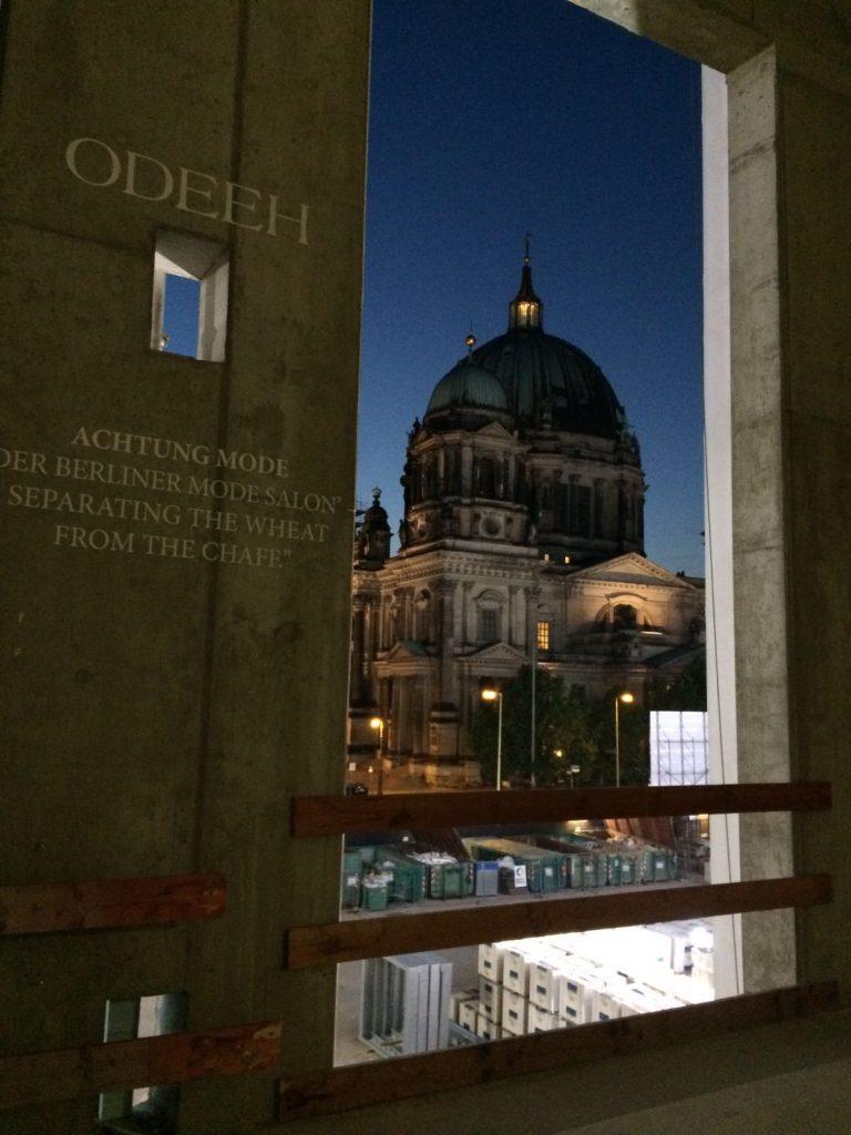 Entdeckt: Ein Zitat von Achtung Digital über den Berliner Mode Salon im Rohbau des Berliner Schlosses während der Schau von Odeeh mit Blick auf den Berliner Dom