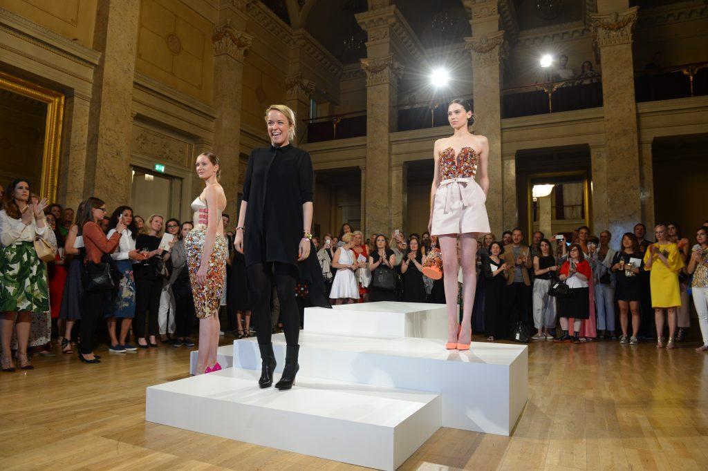 So wurde Marina Hoermanseders Swarovski Mode während der Vogue Salon Soirée im Palais am Festungsgraben präsentiert. Foto: BrauerPhotos / O.Walterscheid