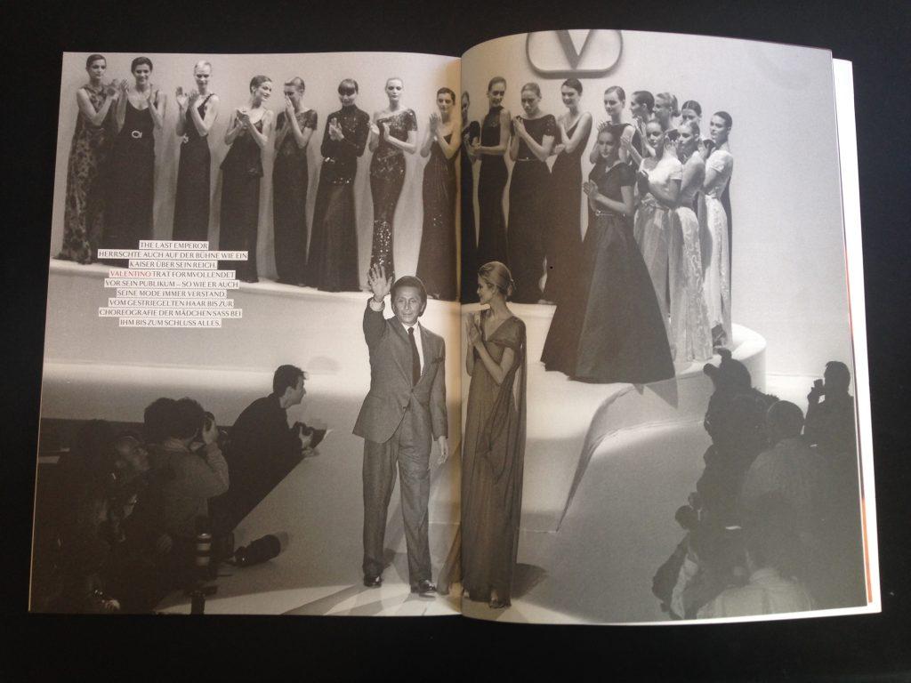 """Auch für Achtung Mode hat Helmut Fricke schon Beiträge geleistet. Hier ein Bild aus der Strecke """"Last Exit Runway"""" (2010), für die der Modefotograf Bilder von Designern während des großen Finales ihrer Modenschau auswählte"""