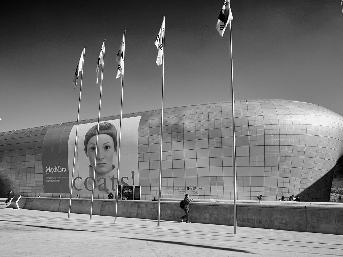 Plakat Max Mara Mode aus Italien Seoul Achtung Mode Nr.36 Adelheid Rasche Gregor Hohenberg Schwer-Weiß Bild