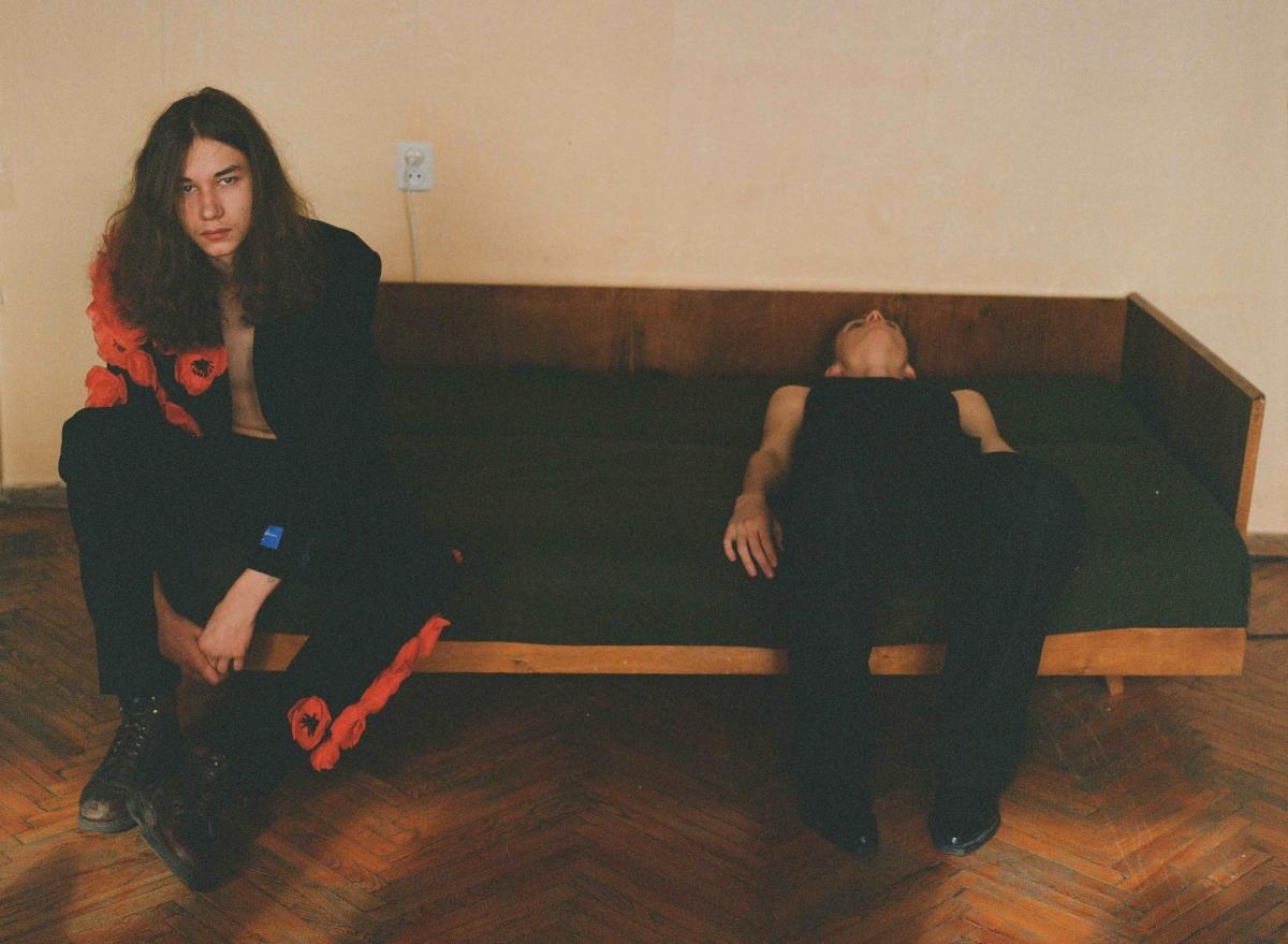 Anton Belinskiy Black couch two models red
