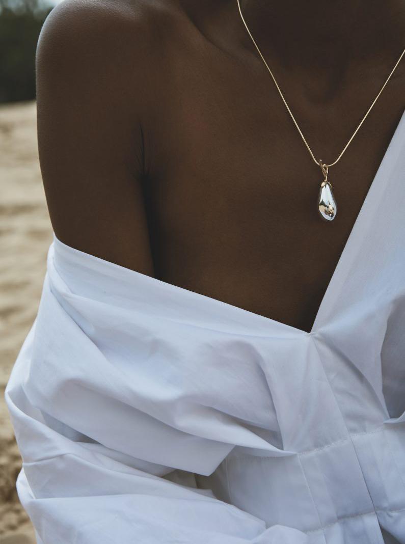 Ernte sei dank weiße Bluse schulterfrei Kette Perle minimal