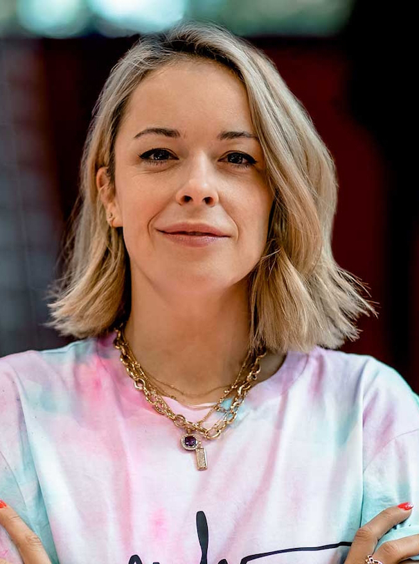 Marina Hoermanseder Portrait Gesicht Blond Rosa Grün T-Shirt