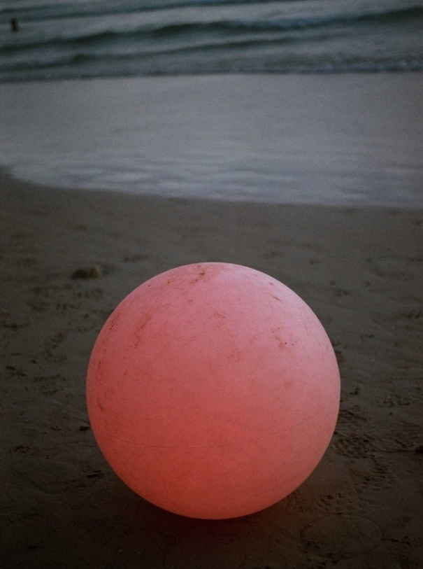 Pinker Ball am Strand mit Meer fotografiert von Wirktor Malinowski
