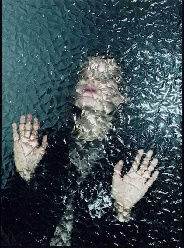 Frau hinter Glas fotografiert von Wiktor Malinowski