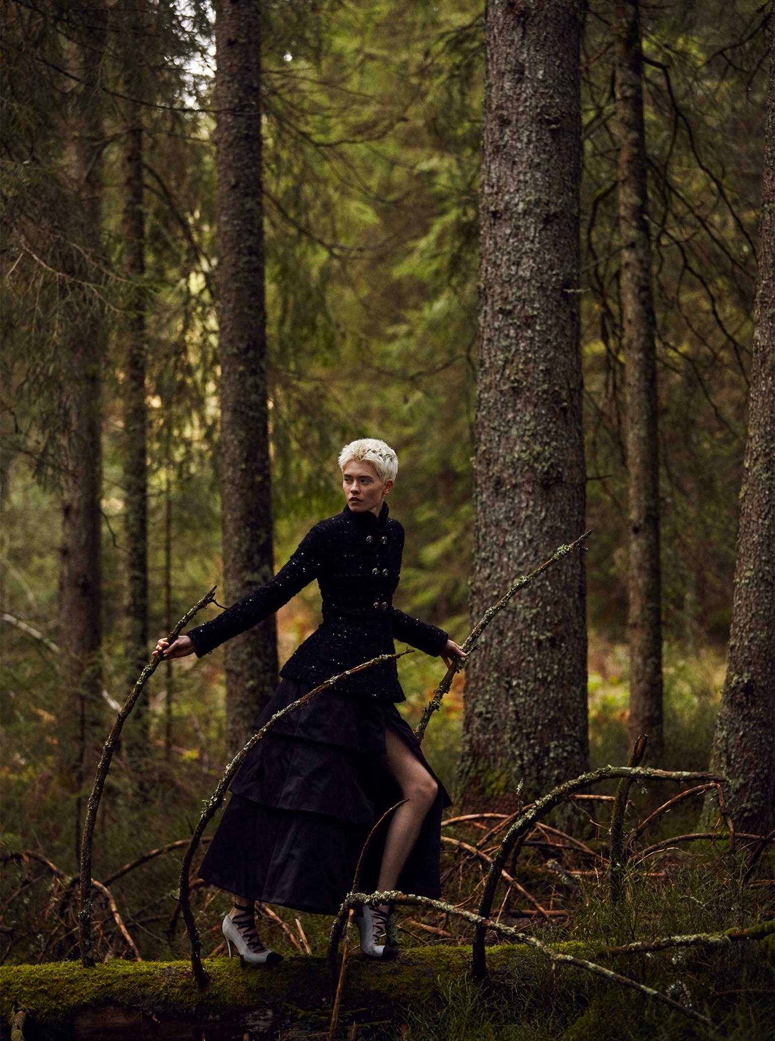 Chanel Haute Couture Maike Inga rennt durch Schwarzwald