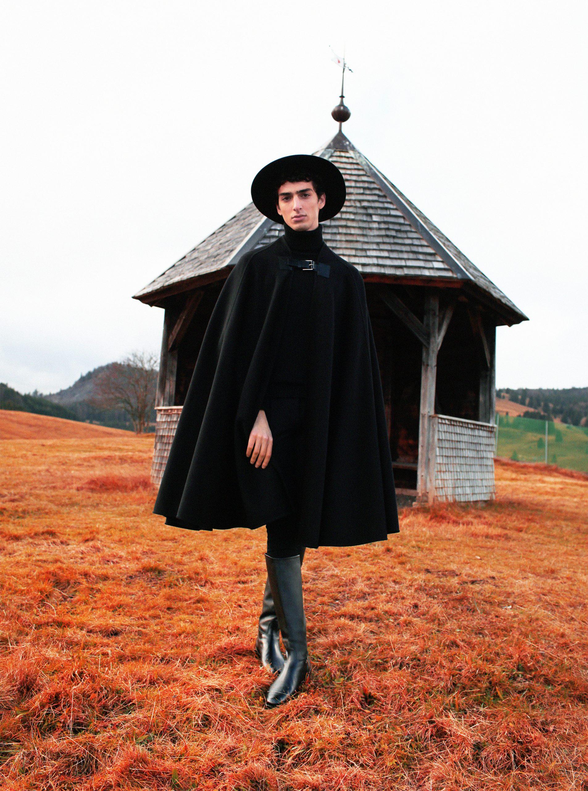 Die Rückkehr der Burgeoisie in der Mode Qaher Schwarzwald schwarzes Cape Hut