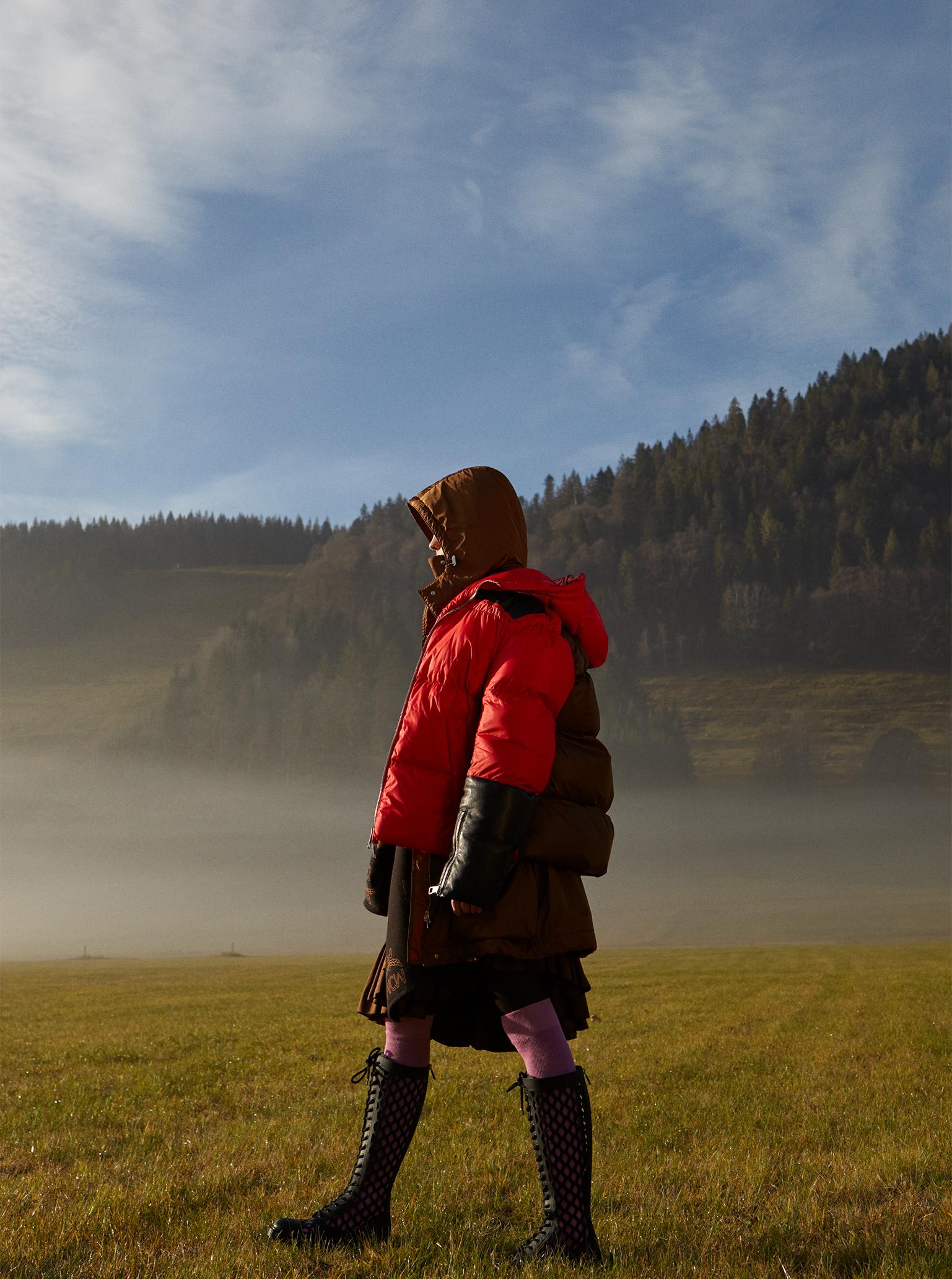 of fog and falls Maike Inga im Schwarzwald auf der Wiese im Nebel
